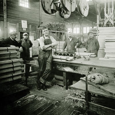 In WW1, Andersen secures orders from the U.S. government for 200,000 window frames for barracks and other military buildings.